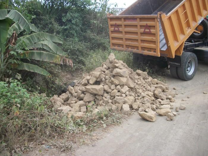 Transporte de material desde Puerto Alto hasta  La Quebrada Sibambe para la rehabilitación de este  camino perteneciente a La Comunidad Maconta.